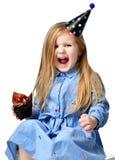 Tre anni di bambino della ragazza mangiano il muffin del dolce del cioccolato zuccherato con i frutti che celebra in cappuccio di Fotografie Stock Libere da Diritti