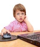 Tre anni svegli di ragazzo con il computer portatile isolato su bianco Fotografia Stock Libera da Diritti