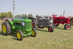 Tre Antinque traktorer Arkivfoto