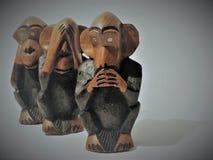 Tre apor som göras av trä arkivbilder