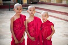 Tre apprendisti buddisti, Myanmar fotografie stock