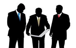 Tre architetti o ingegneri degli uomini d'affari che esaminano un nuovo Immagine Stock