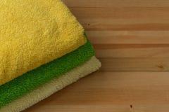 Tre asciugamani su una tavola di legno Immagini Stock Libere da Diritti