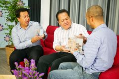 Tre asiatiska grabbar ser bettafisken i exponeringsglaset och den jätteglade känslan arkivbilder