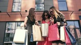 Tre attraktiva kvinnliga vänner som utomhus möter lager videofilmer