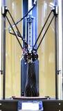 Tre-axeln 3d skrivaren skapar ett objekt i form av en svart vas Fotografering för Bildbyråer