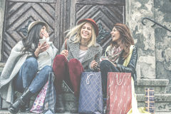 Tre bästa vän som tycker om, når att ha shoppat Arkivfoton