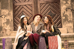 Tre bästa vän som tycker om, når att ha shoppat Royaltyfri Foto