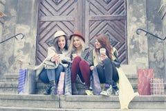 Tre bästa vän som tycker om, når att ha shoppat Tre ung flickamor Arkivfoto