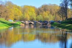 Tre-båge bro mellan slotten och priorsklosterträdgårdar Gatchina petersburg russia st Gatchina petersburg russia st Royaltyfria Bilder