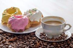 Tre bakade muffin med isläggning Royaltyfria Bilder