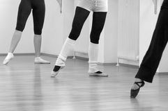 Tre ballerine che si levano in piedi ad indicare nudo fotografie stock libere da diritti