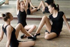 Tre ballerini di balletto sul pavimento Fotografia Stock