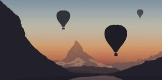 Tre ballonger för varm luft som flyger över Matterhornen i Schweiz under ett turist- program royaltyfri illustrationer