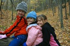 Tre bambine nel legno. Fotografie Stock