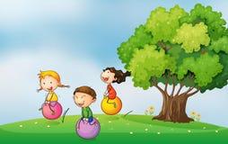Tre bambini alla sommità che gioca con le palle di rimbalzo illustrazione vettoriale