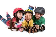 Tre bambini in caschi fotografia stock