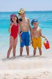 Tre bambini che guadano nell'oceano fotografia stock
