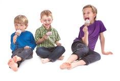 Tre bambini che mangiano il lecca lecca di ghiaccio Immagine Stock Libera da Diritti