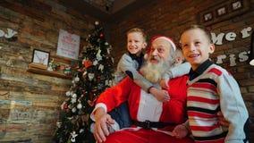 Tre bambini dei ragazzi tengono i regali dei nuovi anni nelle loro mani e sha Fotografie Stock