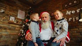 Tre bambini dei ragazzi tengono i regali dei nuovi anni nelle loro mani e sha Fotografie Stock Libere da Diritti