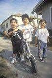 Tre bambini del latino con il loro motorino, Los Angeles, CA Fotografia Stock