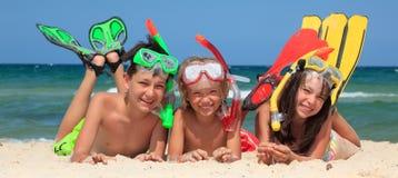 Tre bambini naviganti usando una presa d'aria Fotografia Stock Libera da Diritti