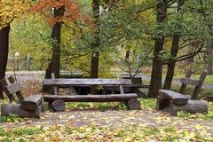 Tre banchi di legno nel parco di autunno Immagini Stock