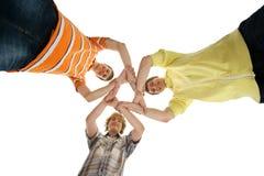 Tre barn och lyckliga tonåringar som tillsammans rymmer Arkivbild
