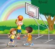 Tre barn som spelar basket på domstolen stock illustrationer