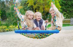 Tre barn som spelar i parkera Fotografering för Bildbyråer