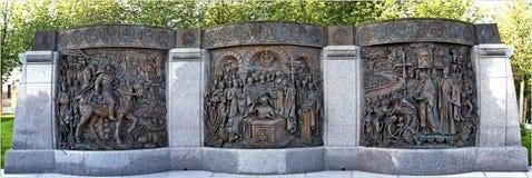 Tre basreliefer tilldelade till dopet av Ryssland nära monumentet till prinsen Vladimir på den Borovitskaya fyrkanten royaltyfria bilder