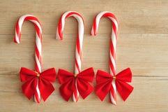 Tre bastoncini di zucchero con gli archi rossi Immagini Stock Libere da Diritti