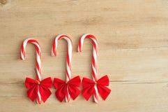 Tre bastoncini di zucchero con gli archi rossi Fotografia Stock Libera da Diritti
