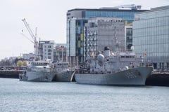 Tre belgiska marinskepp som tillsammans förtöjas på floden Liffey i Dublin, Irland royaltyfri bild