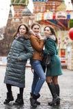 Tre belle amiche felici fotografia stock