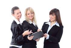 Tre belle donne di affari discutono immagine stock libera da diritti