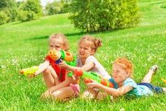 Tre belle ragazze che giocano su un'erba Fotografie Stock