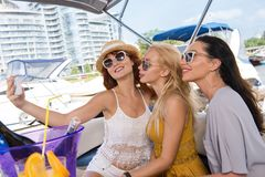 Tre belle ragazze che prendono selfie fotografia stock