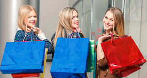Tre belle ragazze con i sacchetti della spesa Immagini Stock Libere da Diritti
