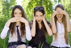 Tre belle ragazze dell'allievo nella sosta Immagini Stock