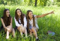 Tre belle ragazze dell'allievo nella sosta Fotografia Stock