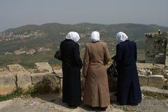 Tre besökare tycker om sikten från Chevaliers för slottKrak des I Royaltyfri Fotografi