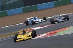 Tre bilar för formel en på chicane Arkivfoton