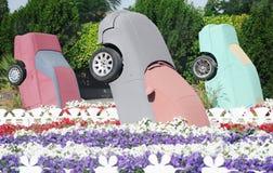 Tre bilar i mirakelträdgård i Dubai Härlig mirakelträdgård med 45 miljon blommor Arkivbild