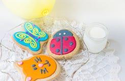 Tre biscotti colourful dei bambini in un piatto Fotografie Stock Libere da Diritti