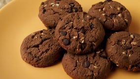 Tre biscotti del cioccolato archivi video