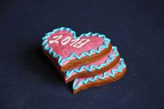 Tre biscotti del pan di zenzero nella forma di cuore con l'iscrizione Fotografia Stock Libera da Diritti