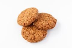 Tre biscotti dell'avena su fondo bianco immagini stock