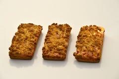 Tre biscotti della sabbia sulla superficie di giallo Immagine Stock